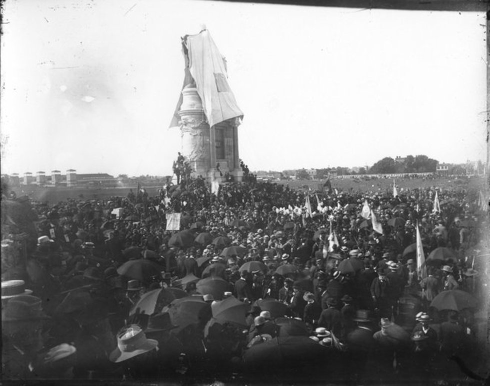 The Robert E. Lee monument was unveiled on May 29, 1890 to a crowd of around 150,000 - more...